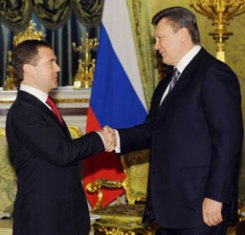 Янукович пообещал Медведеву изменить статус русского языка в Украине