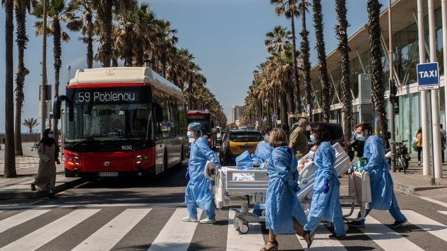 В Барселоне призывают людей не выходить на улицы из-за новой вспышки коронавируса