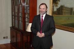 Логвиненко звітував про підготовку до виборів .. британському послу.