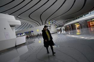 Пекин закрывают на карантин: в аэропорту отменили более 1000 рейсов