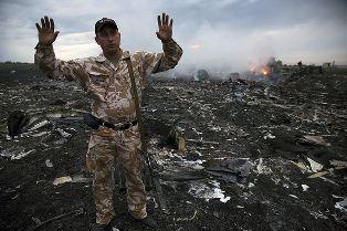 Опубликовано видео, снятое сразу после падения Boeing-777 на Донбассе