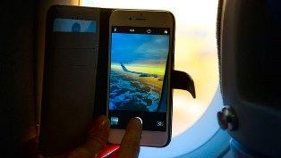 Bloomberg: пользоваться смартфонами в самолете все-таки опасно?