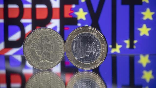 Курс британского фунта начал колебаться на фоне переговоров о Brexit