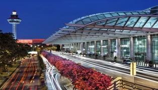 В аэропорту Сингапура система распознавания лиц будет искать опаздывающих н ...