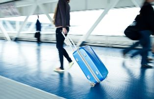 Верный спутник в путешествиях: выбираем недорогой чемодан