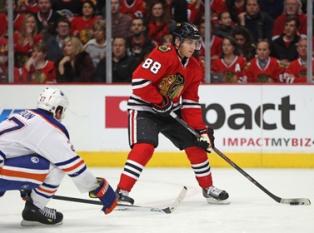 В NHL игрок забросил шайбу в свои ворота с 56 метров. Видео
