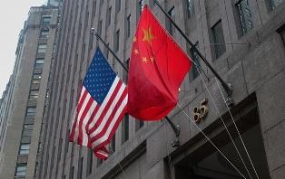 Фондовые индексы США упали из-за риска обострения конфликта с Китаем