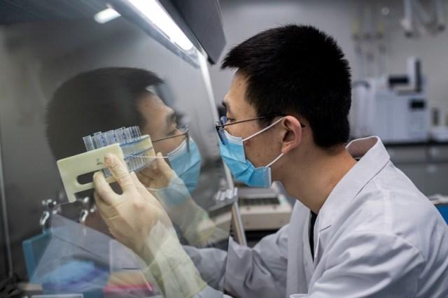 Китай одобрил первую собственную вакцину от COVID