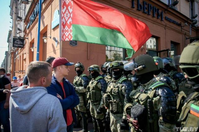 На протестах в Минске замечены силовики с шевронами Дагестана