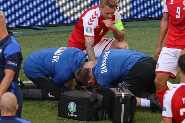 Евро-2020: Эриксен упал без сознания, ему делали массаж сердца, с поля увезли в сознании