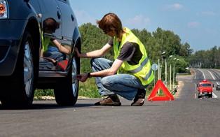 Как поступить, если пробило колесо в дороге?