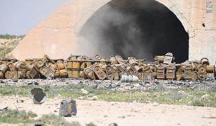На разбомбленной американцами военной базе в Сирии обнаружены склады химиче ...