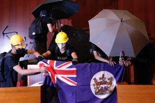 Демонстранты в Гонконге захватили парламент и вывесили колониальный флаг