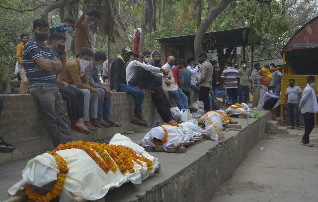 Индия вышла в лидеры по темпам роста COVID: в крематориях едва успевают сжигать умерших