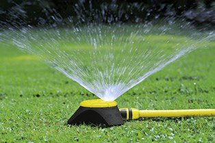 Незаменимая вещь для загородного дома: как выбрать дождеватель