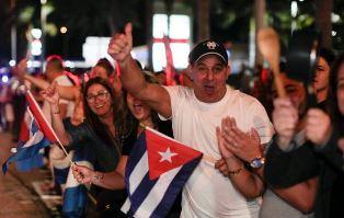 На улицах Маями празднуют смерть Фиделя Кастро