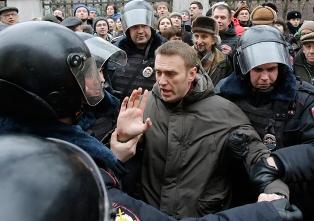 В России за организацию массовой акции против коррупции Медведева арестовал ...
