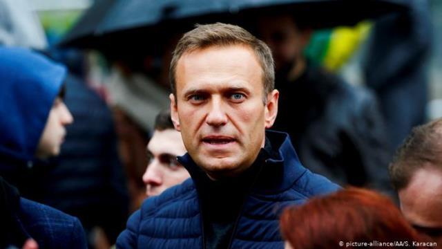 В РФ отправили оппозиционера Навального: он в коме