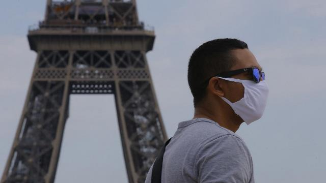 В Париже ввели комендантский час из-за коронавируса