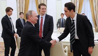 Российские СМИ удаляют фото встречи Путина с выпускниками британской школы  ...