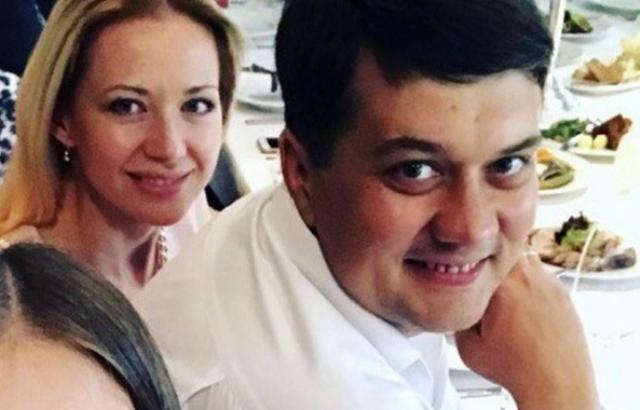 Семенйный бизнес Разумкова: глава партии Зеленского переписал на жену ломбарды