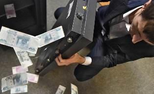 Бегство инвесторов сильнее нефти: рубль продолжает падение