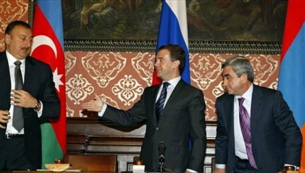 Дмитрий Медведев: Одних бомбим, других мирим. Фото.