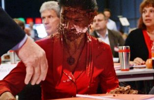 В Германии политик получил тортом в лицо за призыв снять санкции против Рос ...