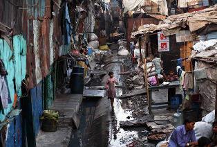 Новая вспышка: коронавирус добрался до трущоб в Индии