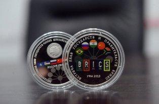 В России в честь прошедших саммитов БРИКС и ШОС выпустили памятные серебрян ...