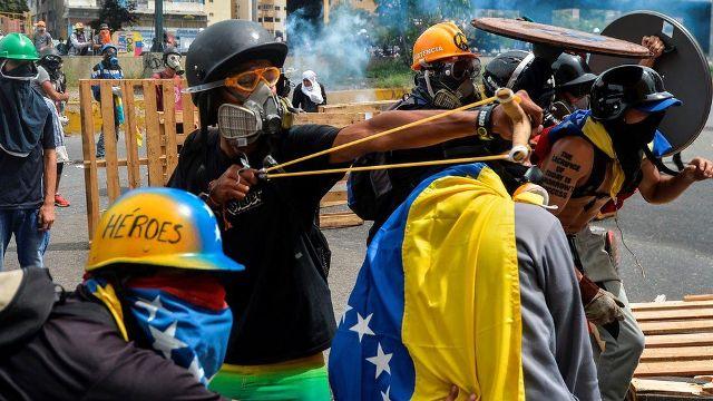 В Венесуэле начались столкновения между военными и протестующими