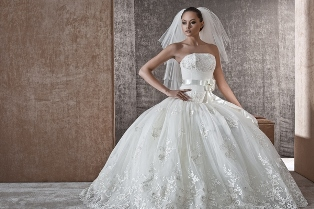 Женственность по-королевски: в моду снова возвращаются пышные свадебные пла ...
