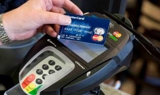 НБУ хочет запретить украинцам свободно пользоваться зарплатными картами